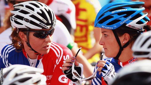Deux cyclistes féminines