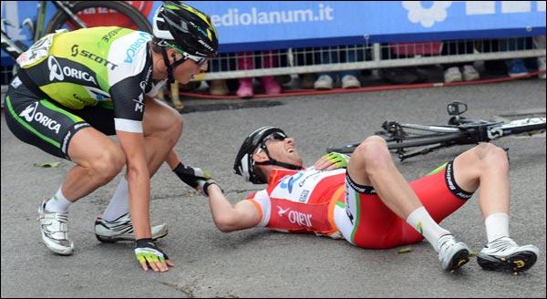 Matthew Goss en train d'aider un autre cycliste